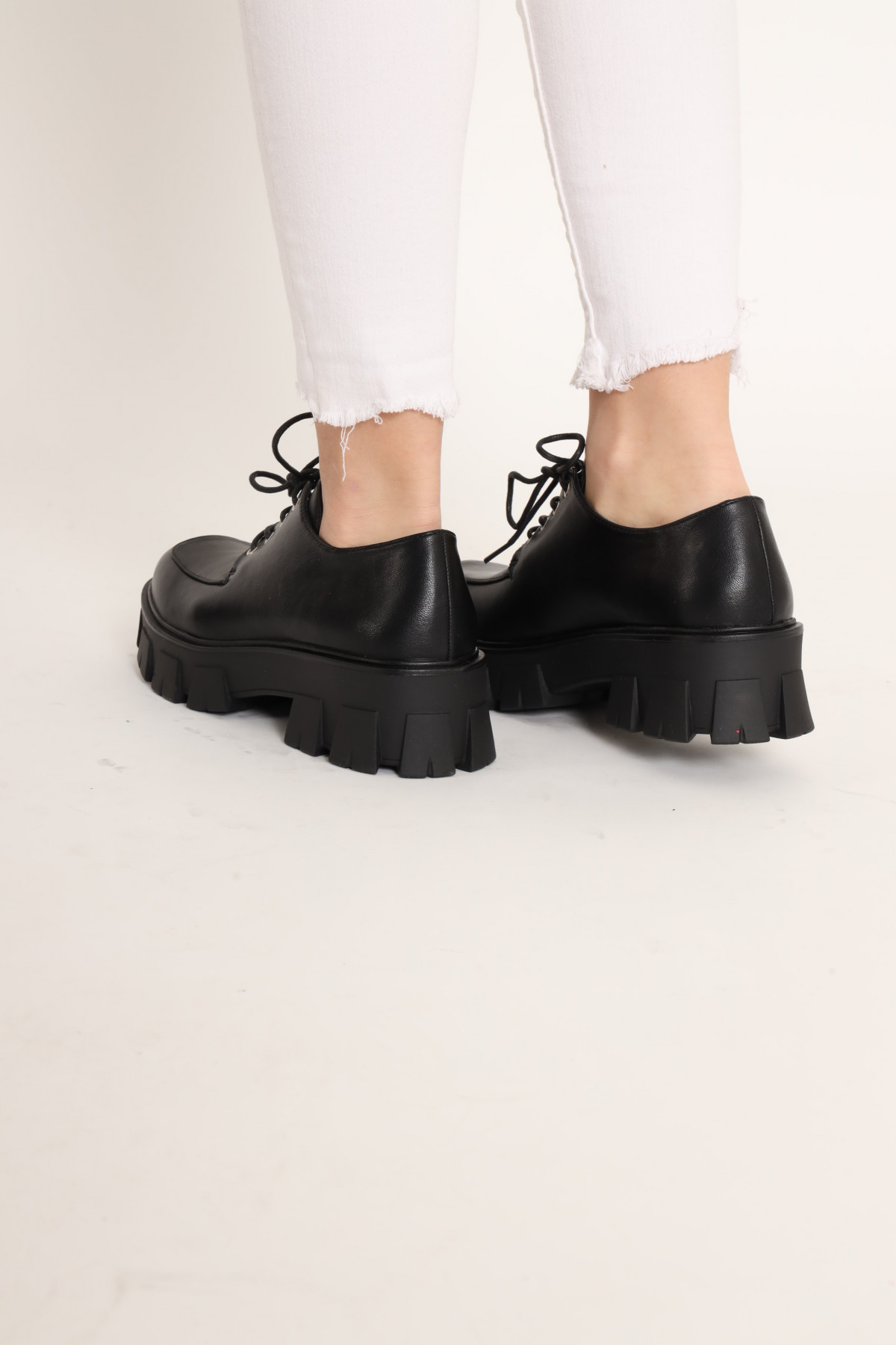 Lace-up shoe with double bottom