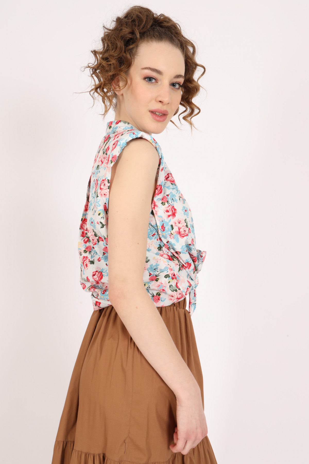 Sleeveless Shirt in Floral Fantasy Print