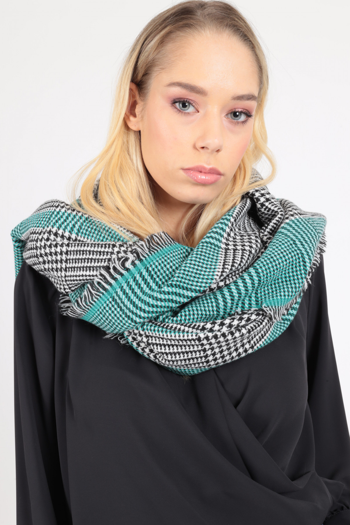 Scarf with Fringes in Pied de Poule Pattern