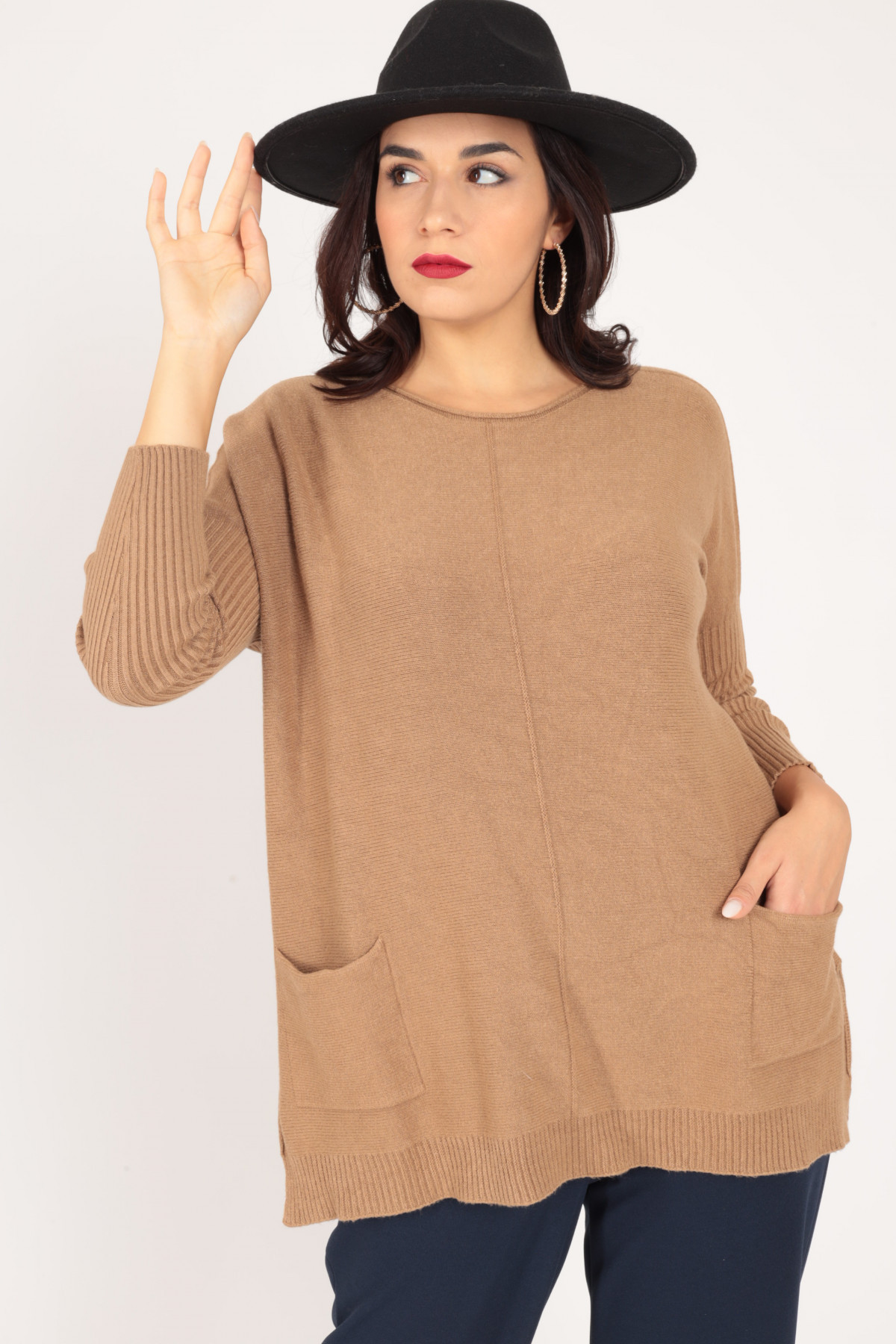 Pullover with pockets and slits on the bottom